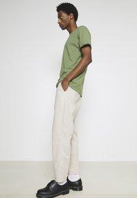 Selected Homme - SLHMORGAN STRIPE O NECK TEE - Print T-shirt - vineyard green/egret - 3