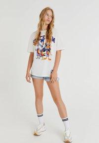 PULL&BEAR - SPACE JAM - Print T-shirt - off-white - 1