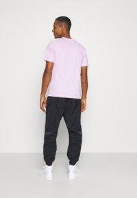 Nike Sportswear - CLUB TEE - T-shirt - bas - light arctic pink/white - 2