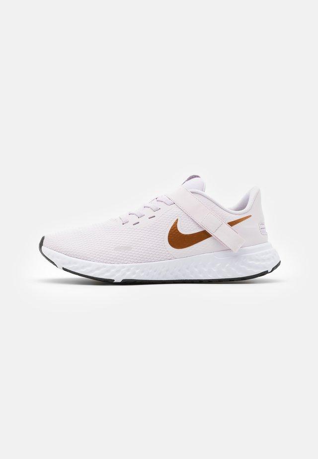 REVOLUTION 5 FLYEASE - Neutral running shoes - light violet/metallic copper/light arctic pink/black