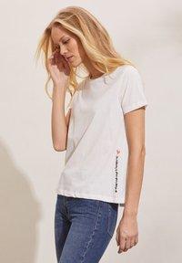 Odd Molly - DAPHNE - Print T-shirt - light chalk - 4