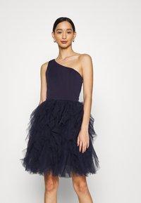 Chi Chi London - ZAZA DRESS - Sukienka koktajlowa - navy - 0