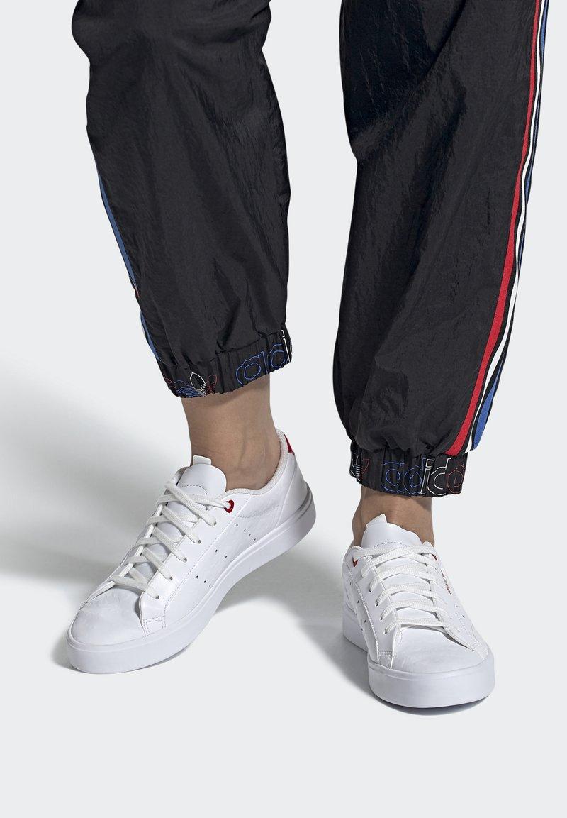 adidas Originals - SLEEK - Tenisky - footwear white/scarlet/core black