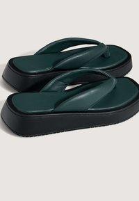 OYSHO - MIT PLATEAUSOHLE  - Sandály s odděleným palcem - green - 5