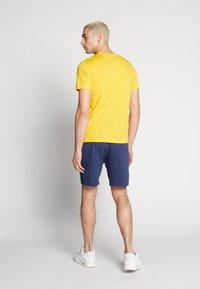 Nike Sportswear - CLUB TEE - T-shirt - bas - university gold/white - 2