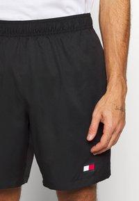 Tommy Hilfiger - LOGO FLAG SHORT - Krótkie spodenki sportowe - black - 4