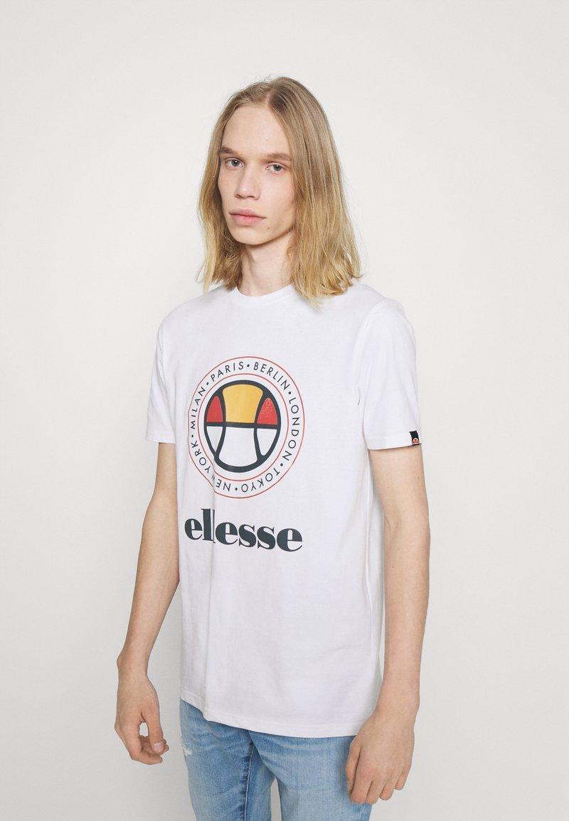 Ellesse - CAMPA TEE - T-shirt z nadrukiem - white
