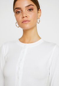 Missguided - BUTTON FRONT LONG SLEEVE CROP - Langærmede T-shirts - white - 4
