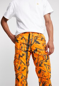 Carhartt WIP - AVIATION PANT COLUMBIA - Pantalones cargo - orange rinsed - 4