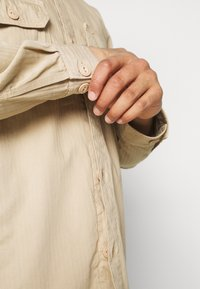 Lee - BOX POCKET OVERSHIRT - Giacca leggera - service sand - 4