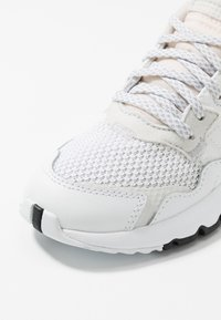 adidas Originals - NITE JOGGER - Tenisky - footwear white/crystal white - 2