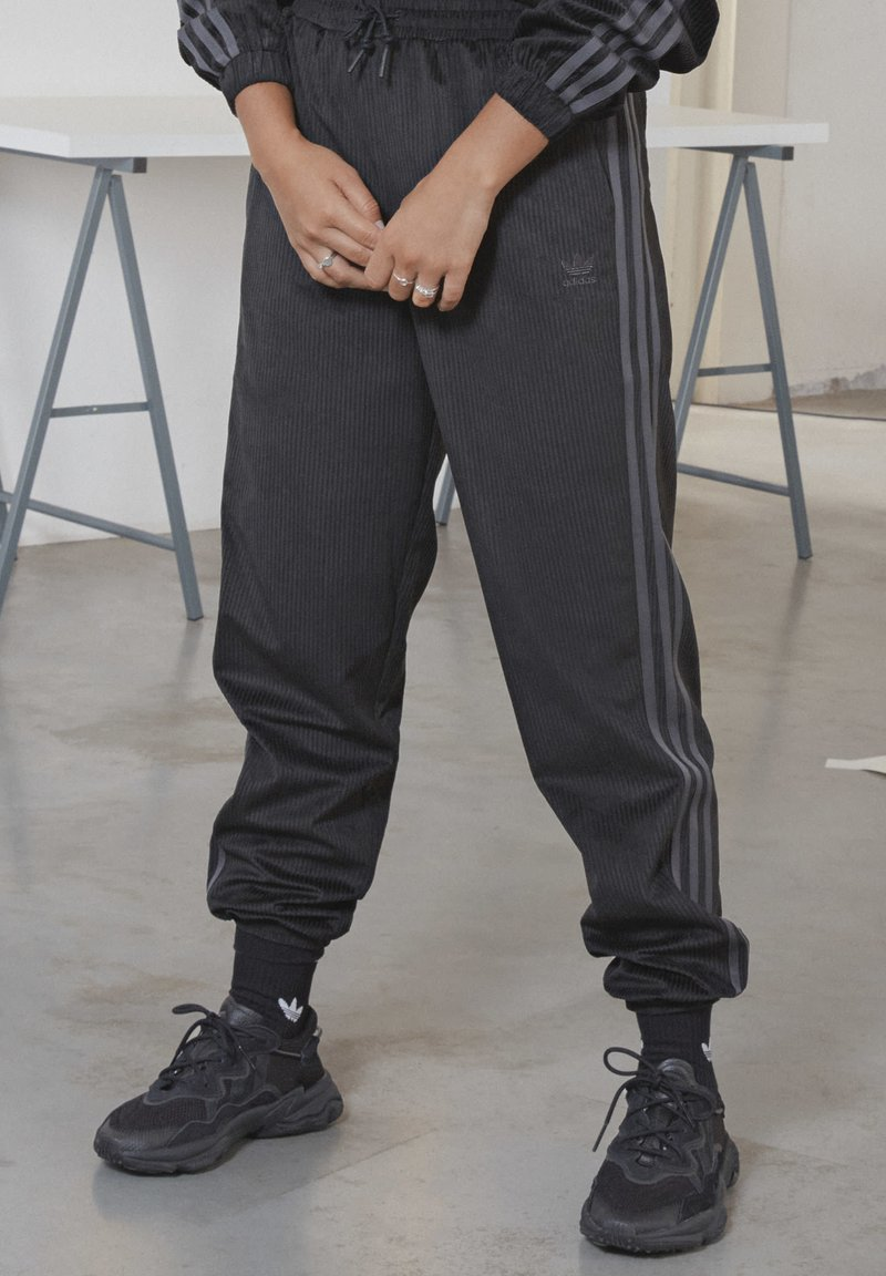 adidas Originals - CUFFED SPORTS INSPIRED PANTS - Tracksuit bottoms - black