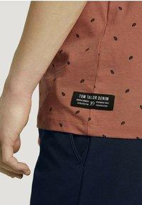TOM TAILOR DENIM - T-shirt print - orange mini palm leaf print - 3