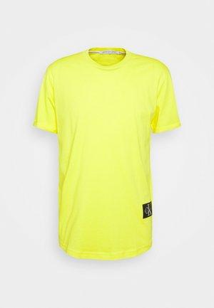 BADGE TURN UP SLEEVE - Basic T-shirt - yellow