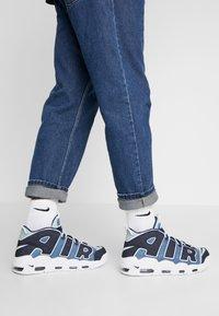 Nike Sportswear - AIR MORE UPTEMPO '96 QS - Baskets montantes - white/obsidian/total orange - 0