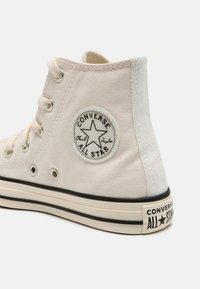 Converse - CHUCK TAYLOR ALL STAR GLITTER HI UNISEX - Sneakers hoog - egret/black - 6