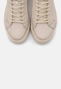 Vagabond - JUDY - Sneakersy niskie - plaster - 5