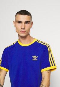 adidas Originals - 3 STRIPES TEE UNISEX - Print T-shirt - royblu/actgol - 5