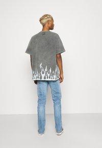 The Couture Club - TRUST THE PROCESS DISTRESSED FLAME PRINT - T-shirt imprimé - black enzyme wash - 2