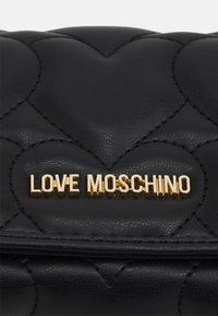 Love Moschino - LOGO FLAP WALLET - Geldbörse - nero - 3