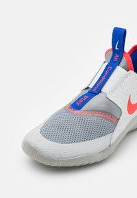 Nike Performance - FLEX RUNNER SE UNISEX - Neutral running shoes - particle grey/bright crimson/light smoke grey - 5