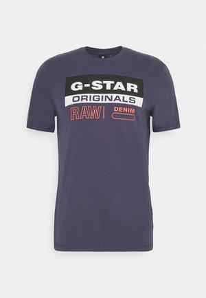 ORIGINALS LABEL LOGO SLIM ROUND SHORT SLEEVE - T-shirt imprimé - compact jersey o - dk grape