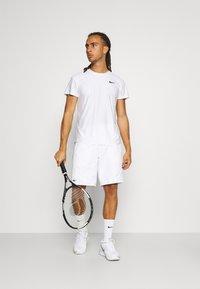 Lacoste Sport - TENNIS TOUR - Sports shorts - white/malachite/yellow - 1