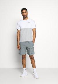 Nike Performance - DRY - Camiseta estampada - smoke grey/light smoke grey - 1