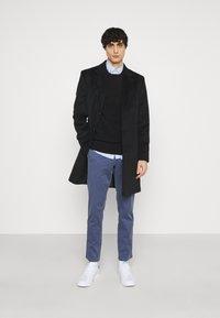Tommy Hilfiger - BLEECKER FLEX - Spodnie materiałowe - faded indigo - 1