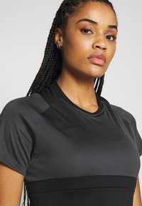 Nike Performance - DRY - T-shirts med print - black/anthracite - 4
