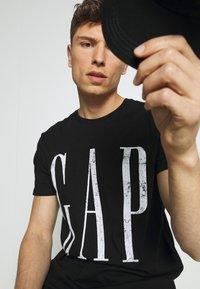 GAP - LOGO DISTRESS - Print T-shirt - true black - 4