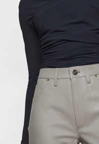 Goldsign - THE RELAXED STAIGHT - Pantalon en cuir - silver grey - 4