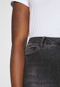 Vero Moda Curve - VMLORA WASH - Jeans Skinny Fit - black denim - 4