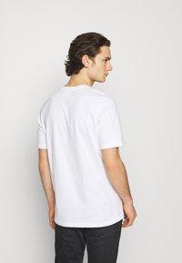 adidas Originals - TREFOIL UNISEX - T-shirt med print - white/black - 2