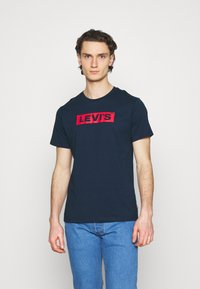 Levi's® - BOXTAB GRAPHIC TEE UNISEX - T-shirt med print - blues - 0