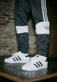 adidas Originals - SUPERSTAR UNISEX - Sneakers basse - footwear white/core black - 4