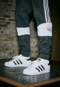 adidas Originals - SUPERSTAR - Sneakers laag - footwear white/core black - 4