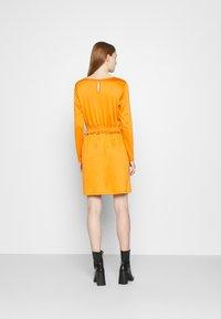 Vila - VITINNY WAIST DETAIL DRESS CAMP - Vestito estivo - pumpkin spice - 2