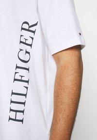 Tommy Hilfiger - LARGE LOGO TEE - Print T-shirt - white - 4