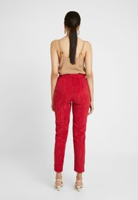 Missguided Tall - HIGH WAISTED BELTED TROUSERS - Kalhoty - oxblood - 2