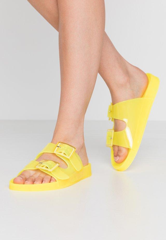 Rantasandaalit - yellow