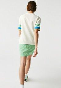 Lacoste - Print T-shirt - weiß / gelb / blau / türkis / grün - 1