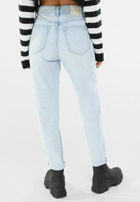 Bershka - MOM FIT JEANS - Jeans baggy - light blue - 2