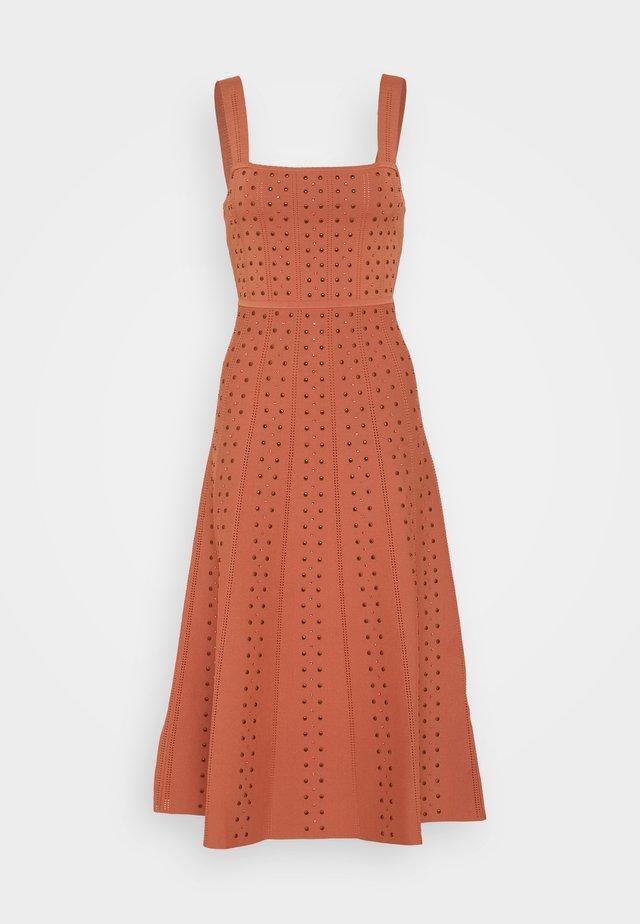 Stickad klänning - terracotta