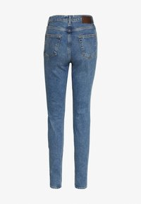 PIECES Tall - PCLEAH MOM - Jeansy Relaxed Fit - medium blue denim - 1