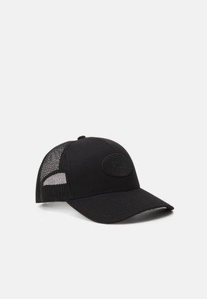 TRUCKER CAP WITH EMBOSSED BADGE UNISEX - Kšiltovka - black