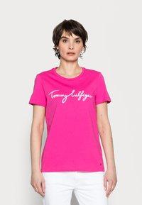 Tommy Hilfiger - CREW NECK GRAPHIC TEE - Print T-shirt - hot magenta - 0