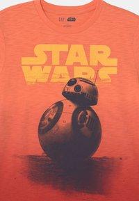 GAP - BOY STAR WARS - Camiseta estampada - neon orange bolt - 2