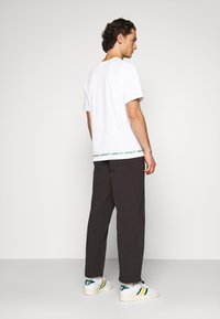adidas Originals - LINEAR REPEAT UNISEX - T-shirt z nadrukiem - white - 2