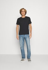 Levi's® - HOUSEMARK GRAPHIC TEE UNISEX - T-shirt con stampa - blacks - 1